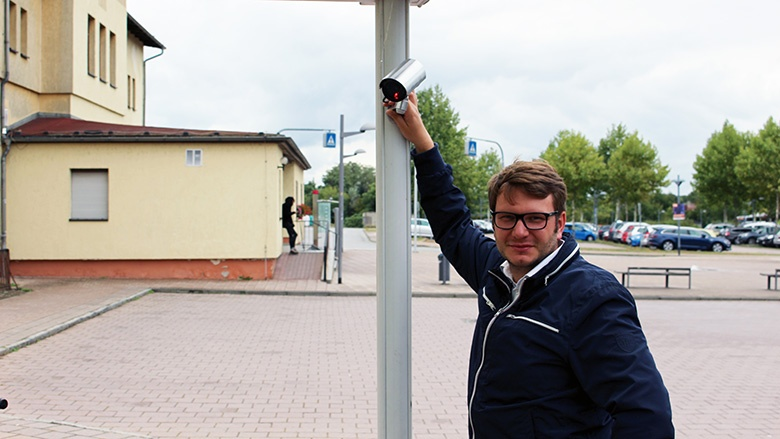 Marian Wendt demonstriert Videoüberwachung in Torgau