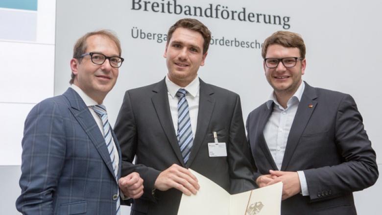 Bundesminister Alexander Dobrindt (CSU), Mitarbeiter der Wirtschaftsförderung des Landkreises Danny Trodel, Bundestagsabgeordneter Marian Wendt (CDU)