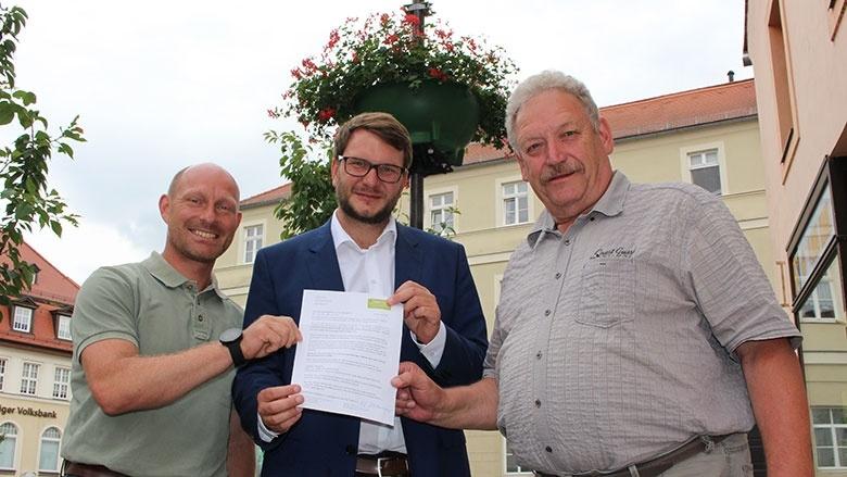 Bundestagsabgeordneter übernimmt Patenschaft für Blumenampel