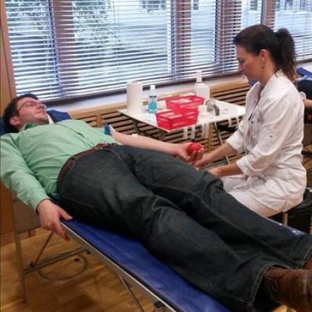 Abgeordneter Wendt bei der Blutspende im Bundestag