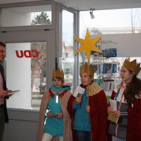 Sternsinger beim segnen des Wahlkreisbüros von Marian Wendt in Torgau