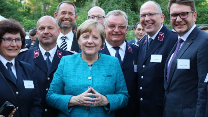 Bundeskanzlerin Dr. Angela Merkel zusammen mit Vertretern des Feuerwehrverbandes Sachsen und Marian Wendt, MdB (mittig v.l.n.r. Bundeskanzlerin Dr. Angela Merkel, Frank Reichel, Karsten Saack, Marian Wendt, MdB)